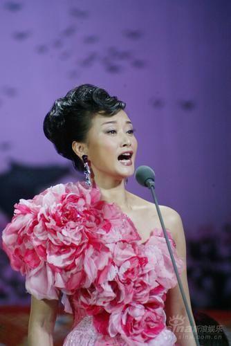组图:宋祖英甜美演绎经典成名曲晚装优雅高贵