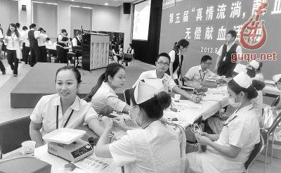 """昨天,交通银行武汉金融服务中心举行第五届""""真情流淌,献血光荣""""无偿献血活动,350名员工在现场演奏的钢琴曲中挽袖,鲜血缓缓流入血袋,现场暧意融融。"""