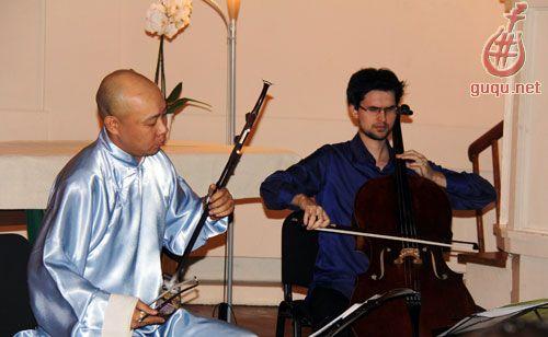 随后两位艺术家联手奉献了《瑶族舞曲》,巴赫的《小步舞曲》,德沃夏克