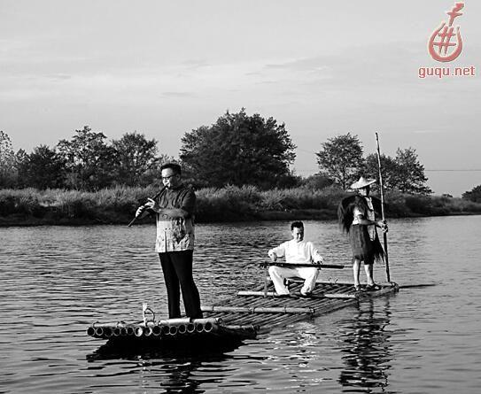 杜聪(左)和陈雷激(中)在瓯江上表演。 大家还记得八年前北京奥运会开幕式上弹古琴的大师陈雷激吗?   傍晚,在丽水古堰画乡小镇,这位大师坐在竹筏上弹琴,从瓯江上漂过,恍若时间倒流,北京奥运会开幕式经典画面重现。   不过,古琴大师这次来是为友人捧场。这是丽水音乐节上的一次水上音乐会 箫傲括苍杜聪笛箫独奏音乐会。长笛如泣如诉,箫声若虚若幻,配以古琴的婉转连绵。两位大师,在夏日里,为大樟树下的丽水市民和游客,带来与山水亲密接触的音乐会。   8月1日,首届古堰新韵小镇音乐节在丽水莲都开幕。